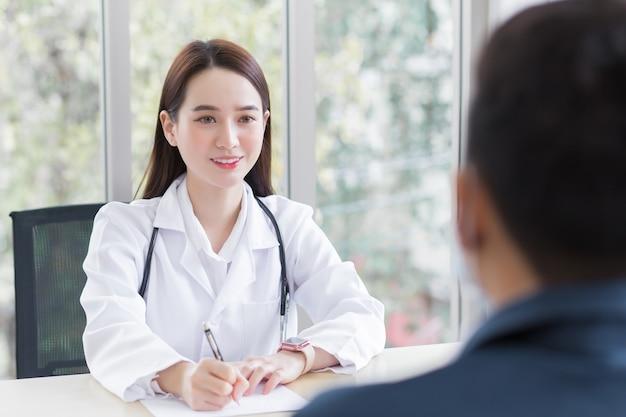 의료 코트를 입은 아시아 전문 여성 의사가 남성 환자와 상담하여 상담합니다.
