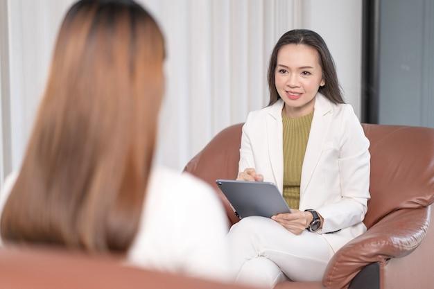 아시아 전문 심리학자 의사는 심리 치료 세션 또는 상담 진단 건강에 대해 상담합니다.