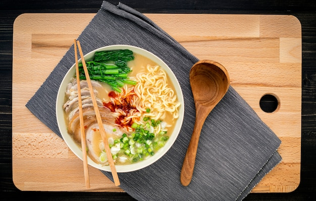 アジアラーメン麺豚骨スープ