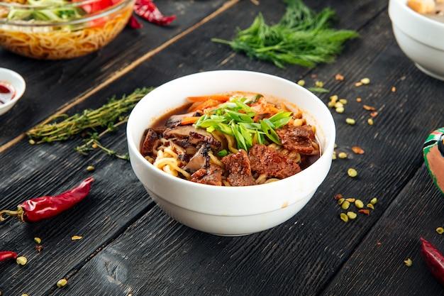 Азиатский рамэн суп с грибами и говядиной