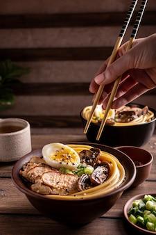 鶏肉入りアジアラーメンスープ