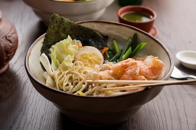 Азиатский рамен с креветками и лапшой в ресторане