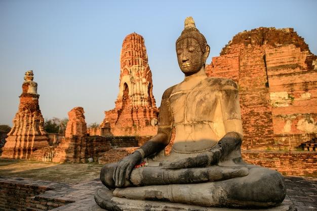 아시아 종교 예술. 유적에서 부처님의 고 대 사암 조각. 아유타야, 태국