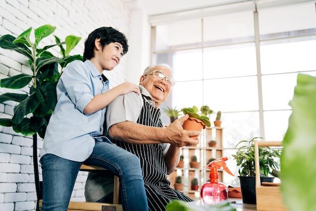 アジアの引退祖父と孫が笑顔で充実した時間を一緒に過ごします。