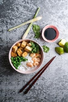 Азиатский суп из рисовой лапши с жареным тофу и креветками