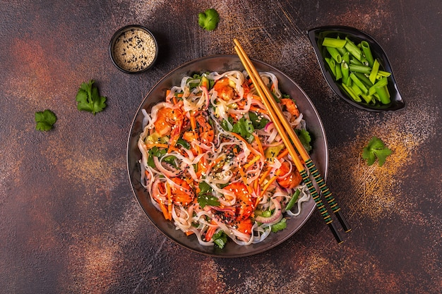 ビーフン、エビ、野菜のアジア風サラダ、上面図。