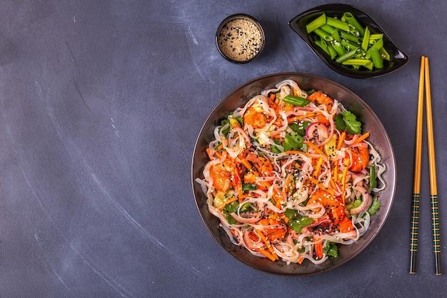 Азиатский салат с рисовой лапшой, креветками и овощами