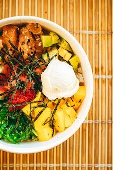 Салат из азиатского лосося с манго, сливочным сыром и овощами для здорового питания, доставки еды и заказа онлайн.