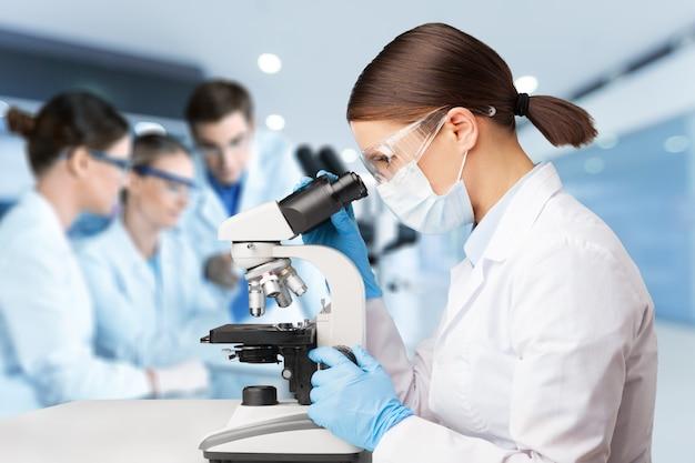 아시아 과학자 팀은 실험실에서 연구하고 있습니다. - 이미지