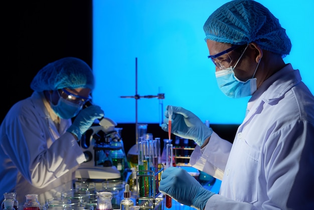 Scienziati asiatici che lavorano alla creazione di vaccini