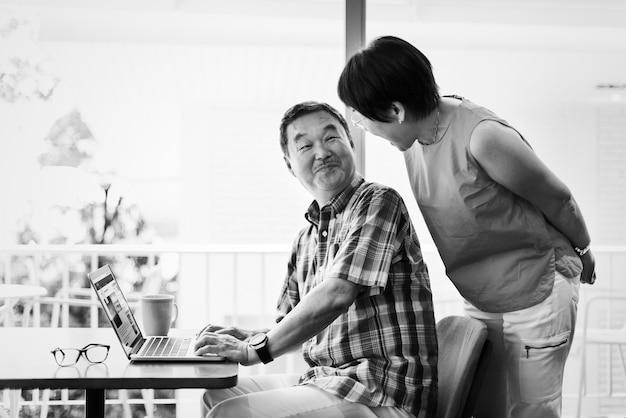 自宅でアジアの年配のカップル