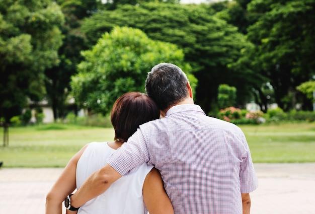 Coppia senior asiatica nel parco vista posteriore immagine gratis