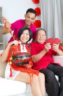 Азиатский старший мужчина и дети празднуют китайский Новый год