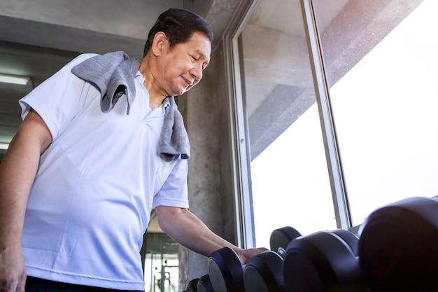체육관에서 아령 운동복 훈련에 아시아 수석 남자.
