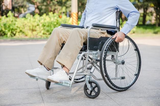 車椅子に座っているアジアの年配の男性