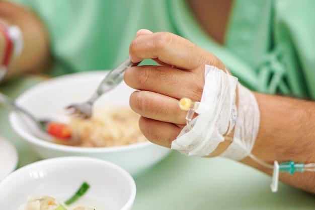 Азиатский старший старуха женщина пациент есть завтрак здорового питания в больнице.