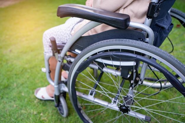 公園で車椅子のアジアのシニアまたは高齢の老婦人女性患者、健康的な強力な医療コンセプト。