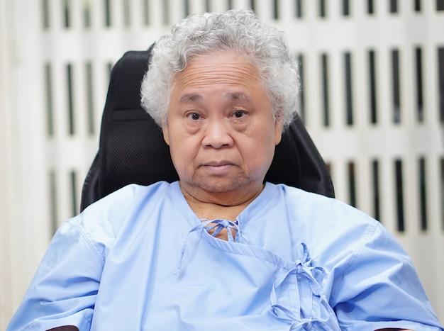 병원에서 휠체어에 아시아 수석 여자 환자입니다.