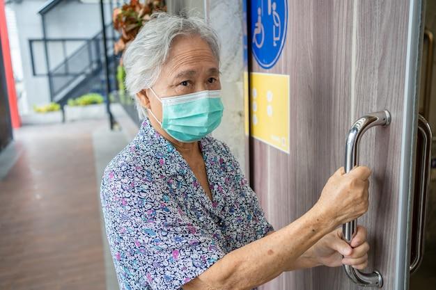 병원에서 아시아 수석 여자 환자 오픈 화장실 욕실.