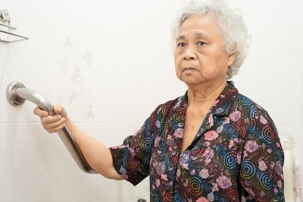 병원에서 아시아 수석 여자 환자 사용 화장실 욕실 핸들 보안