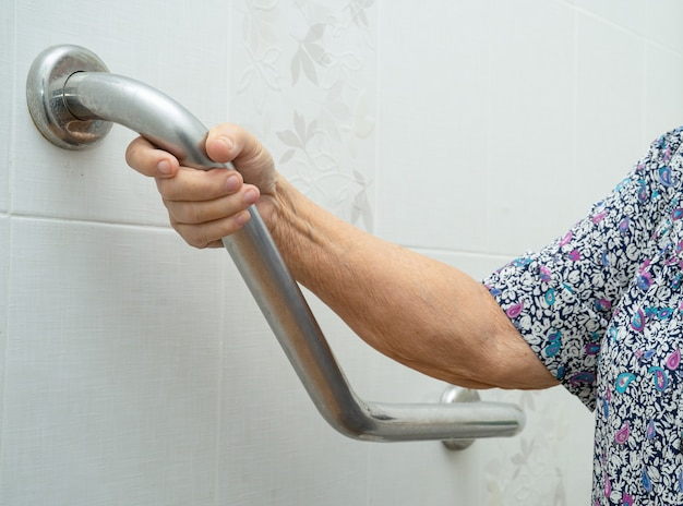 아시아 고위 여자 환자 사용 화장실 욕실 보안 처리. 프리미엄 사진