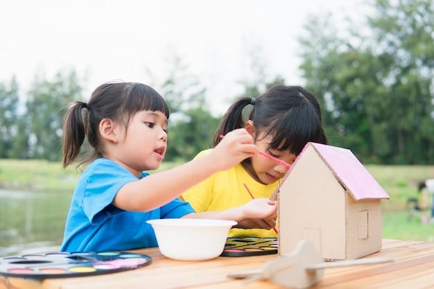 아시아 형제 어린이 그리기 및 그림 색칠