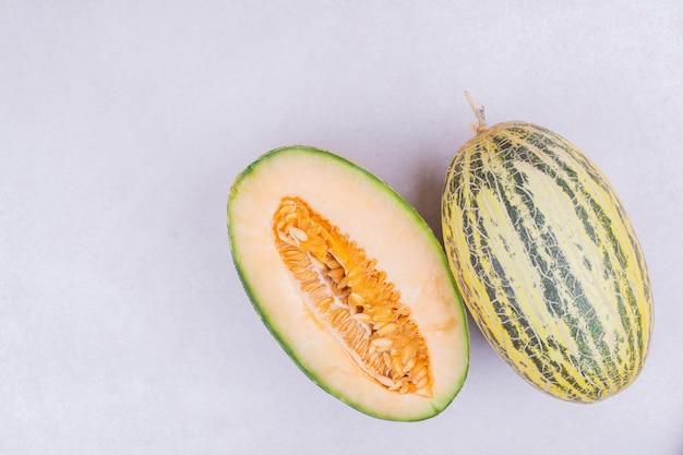 Sorta asiatica di melone isolato su bianco.