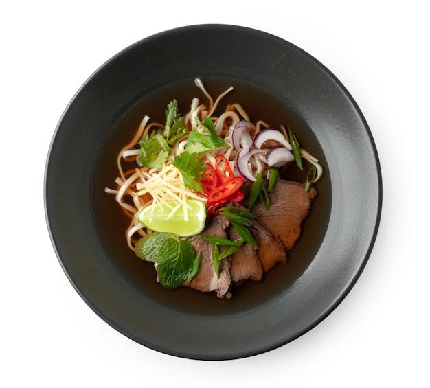 白身に分離された牛肉とうどんのアジアンスープ