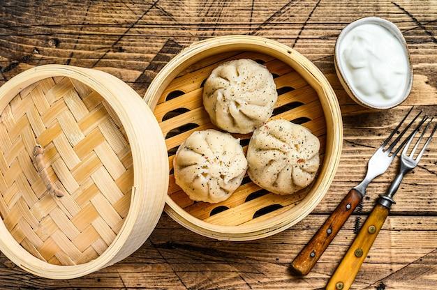 竹蒸し器でアジアの蒸し餃子マンティ。