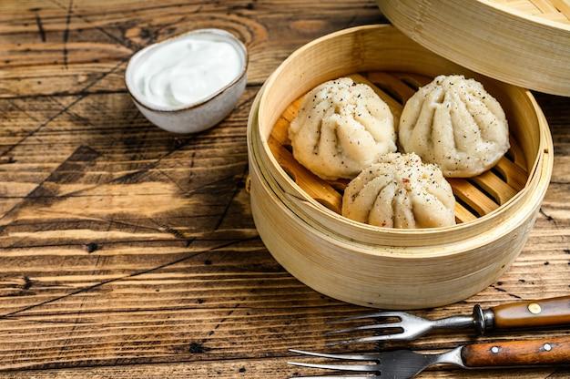 대나무 찜통에 아시아 찐 만두 만티.