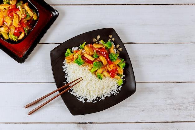アジアの炒め肉、野菜と白ご飯