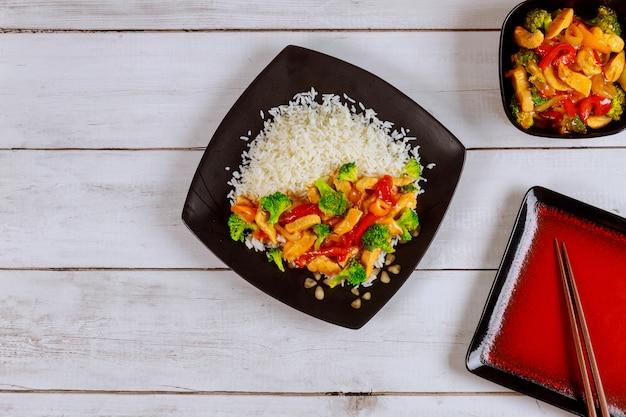アジアの炒め肉、野菜と白ご飯。