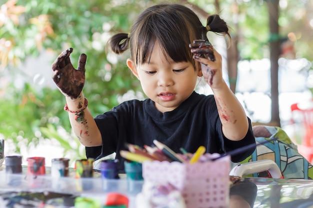 아시아 학생 방에있는 종이에 그림 그리기 및 그림 그리기.