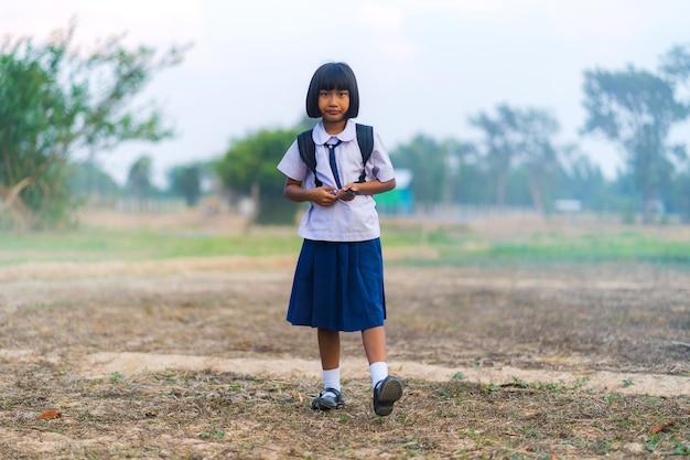 タイの田舎で勉強しているアジア人学生