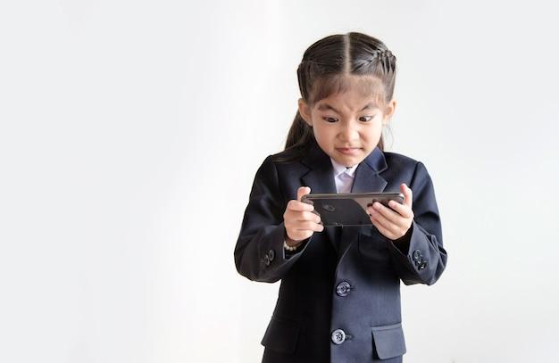 Действие азиатского студента безумного настроения на мобильном телефоне с онлайн-классом на изолированном фоне