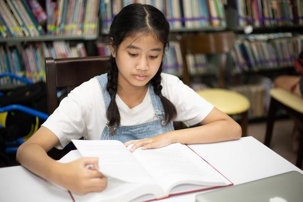 アジアの学生は図書館で本を読む。