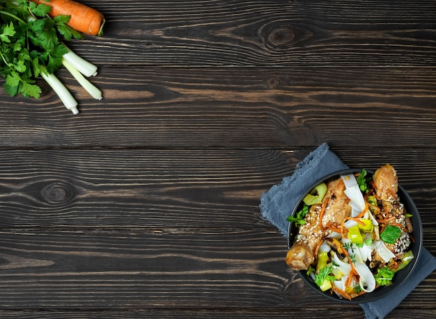 Лапша в азиатском стиле с овощами, курицей и соусом терияки