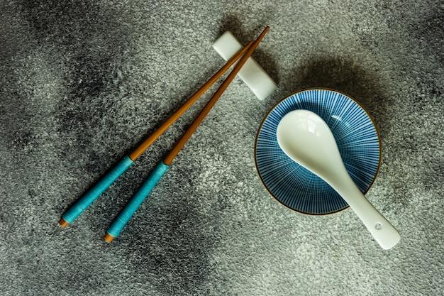 젓가락으로 아시아 테이블 설정