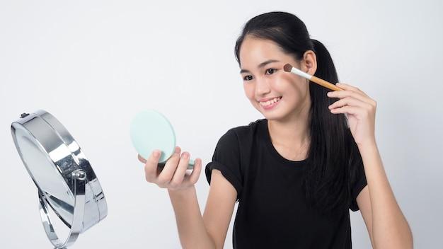 Азиатская девушка-подросток сидит перед камерой и ведет прямую трансляцию в качестве влиятельного блогера о красоте
