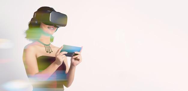 Азиатская девушка-подросток в шлеме виртуальной реальности или виртуальной реальности входит в мир цифровых симуляторов
