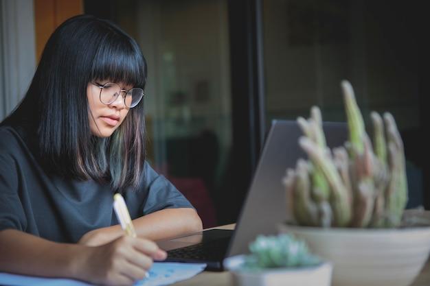 집에서 온라인으로 공부하는 아시아 십대