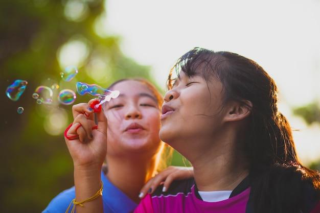Азиатские подростки мыльные пузыри