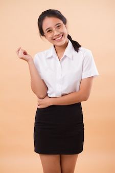 Азиатская тайская студентка женщины колледжа в форме. портрет счастливой улыбающейся азиатской студентки тайского университета