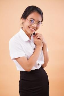 制服を着たアジアのタイの大学生。幸せな笑顔アジアタイ大学女性学生の肖像画