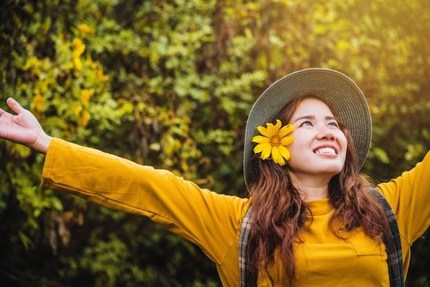 アジアの観光客の自然、新鮮な美しさブアトン花黄色を楽しみながらリラックス。