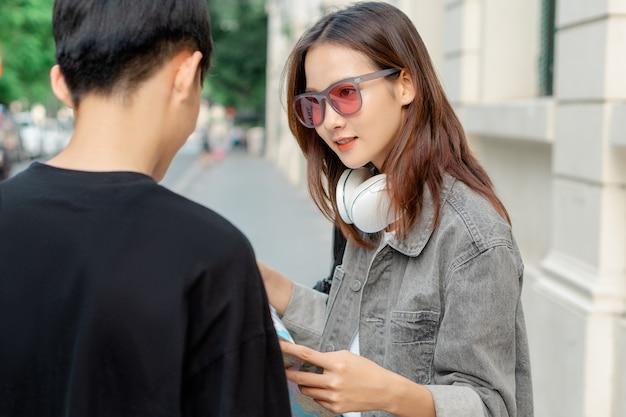 아시아 관광 여성이 길을 묻고 있다