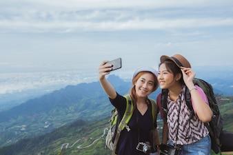 アジアの観光客は友人とセルフを楽しんでいます。