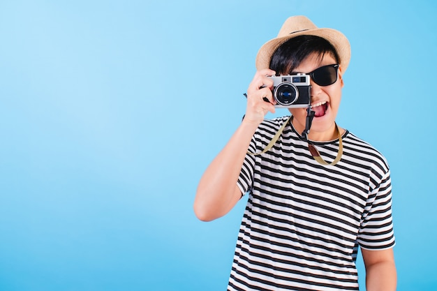 青でカメラで写真を撮るアジアの観光客