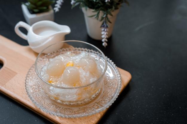 まな板の上に置くアジアの伝統的なデザートサゴとココナッツミルク Premium写真