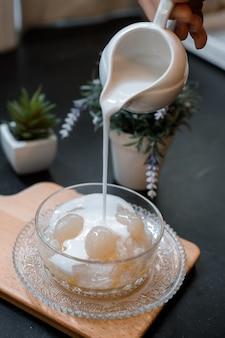 まな板の上に置くアジアの伝統的なデザートサゴとココナッツミルク